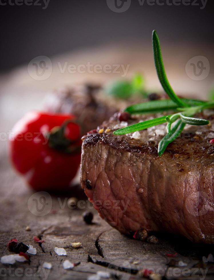 bistec de res cocinado y adornado foto