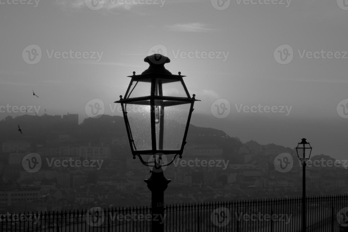 Farolas antiguas en blanco y negro, Lisboa, Portugal foto