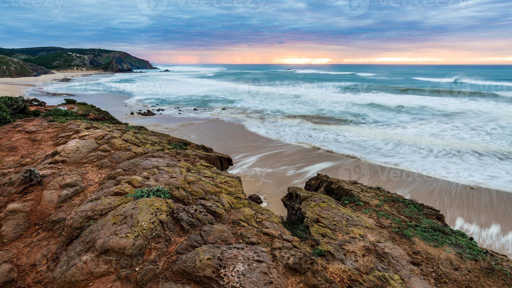 pôr do sol na costa oeste de portugals perto de Sagres foto