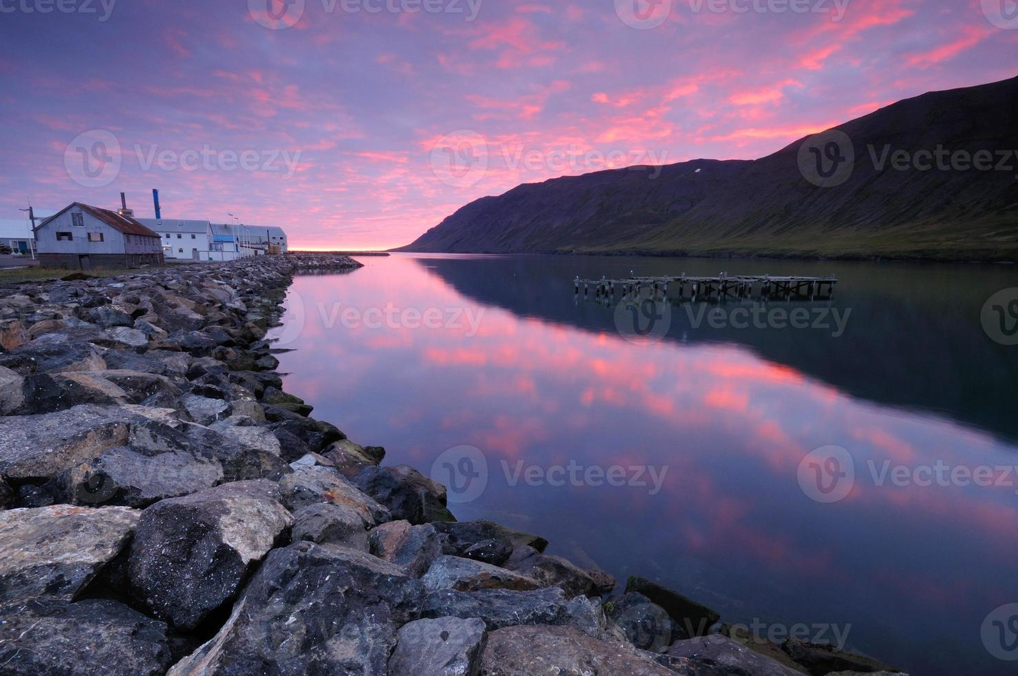 amanecer en siglufjörður. foto