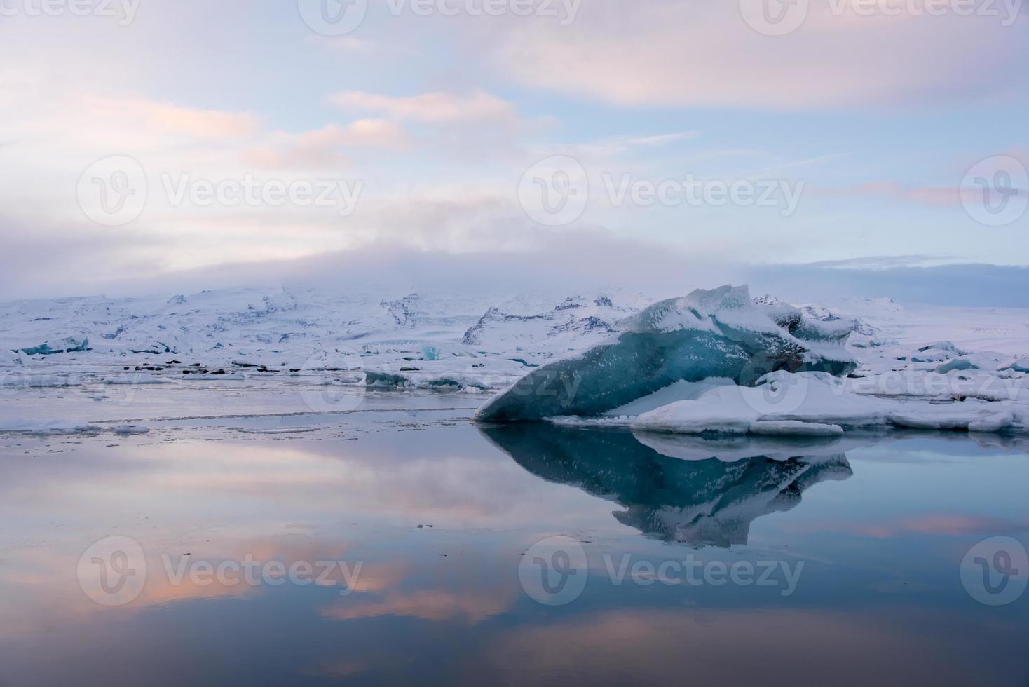 bela lagoa azul lagoa jokulsaron, islândia foto