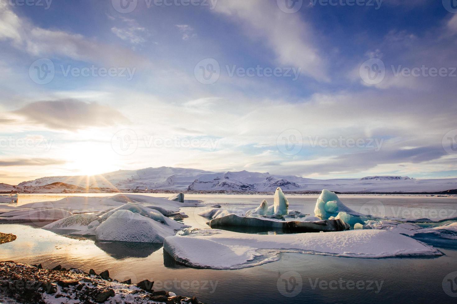 islandia, puesta de sol sobre la laguna glaciar jokulsarlon foto
