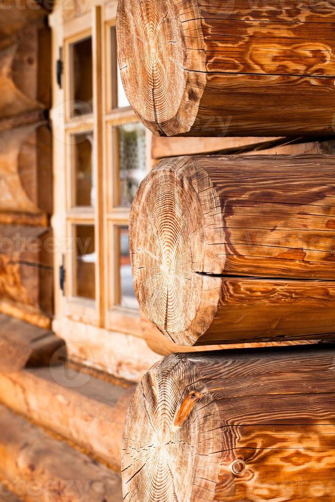 edificio de madera rural tradicional en polonia. foto