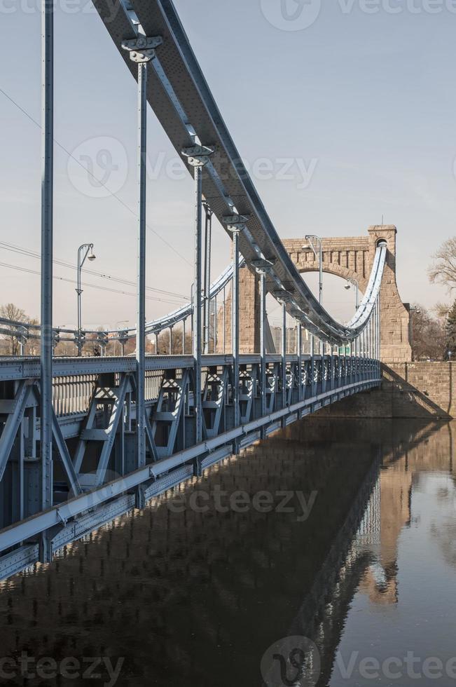 velha ponte suspensa em um dia ensolarado foto
