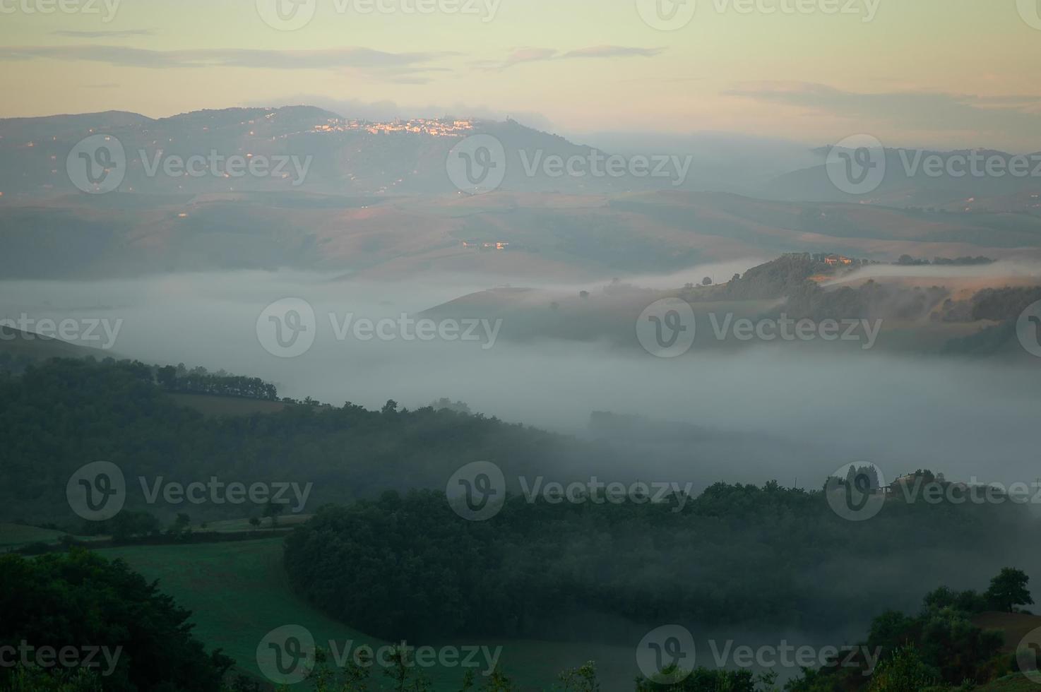 Vista de la madrugada hacia buonconvento, Toscana foto