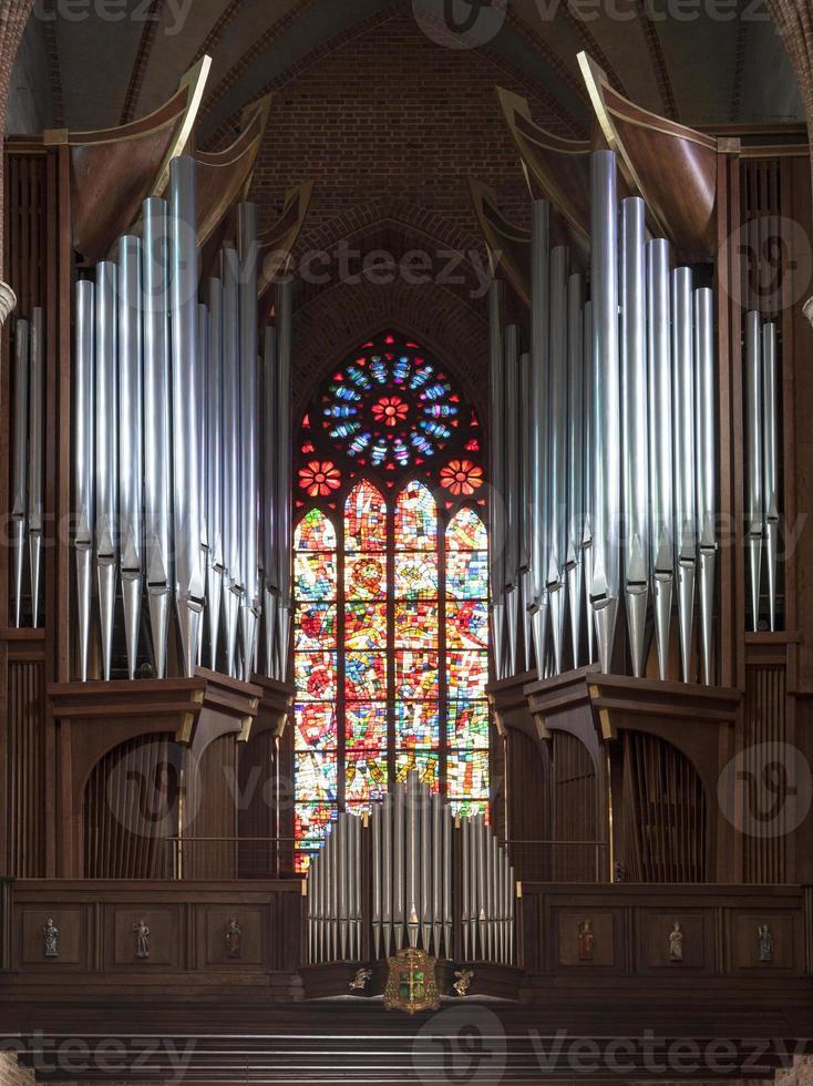 Órgano en la catedral de Poznan, Polonia foto