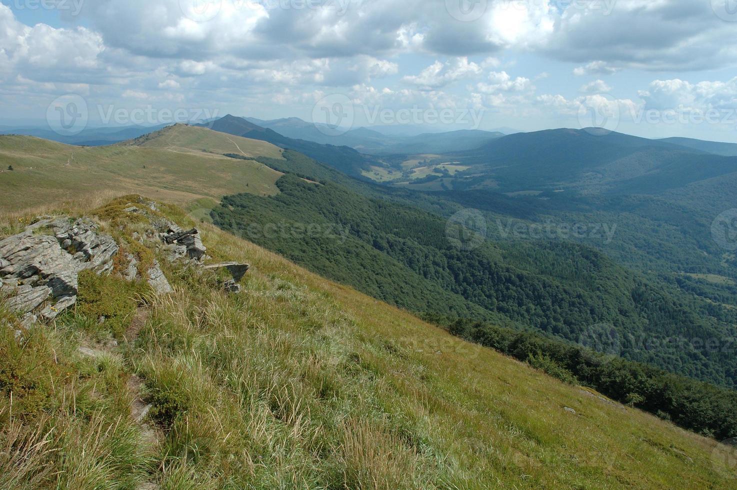 roca en sendero en las montañas bieszczady foto