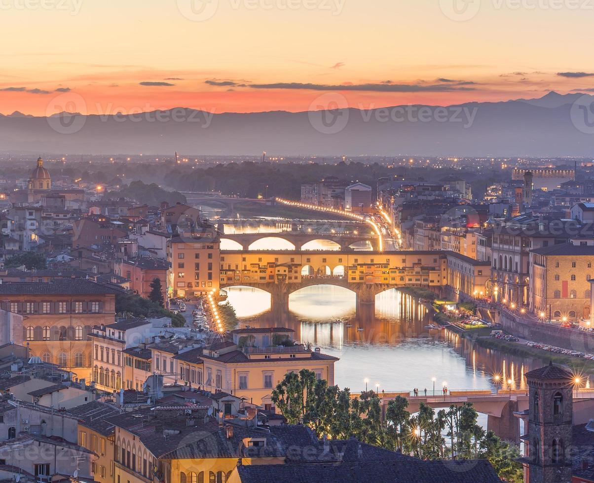 Río arno y ponte vecchio al atardecer, Florencia foto