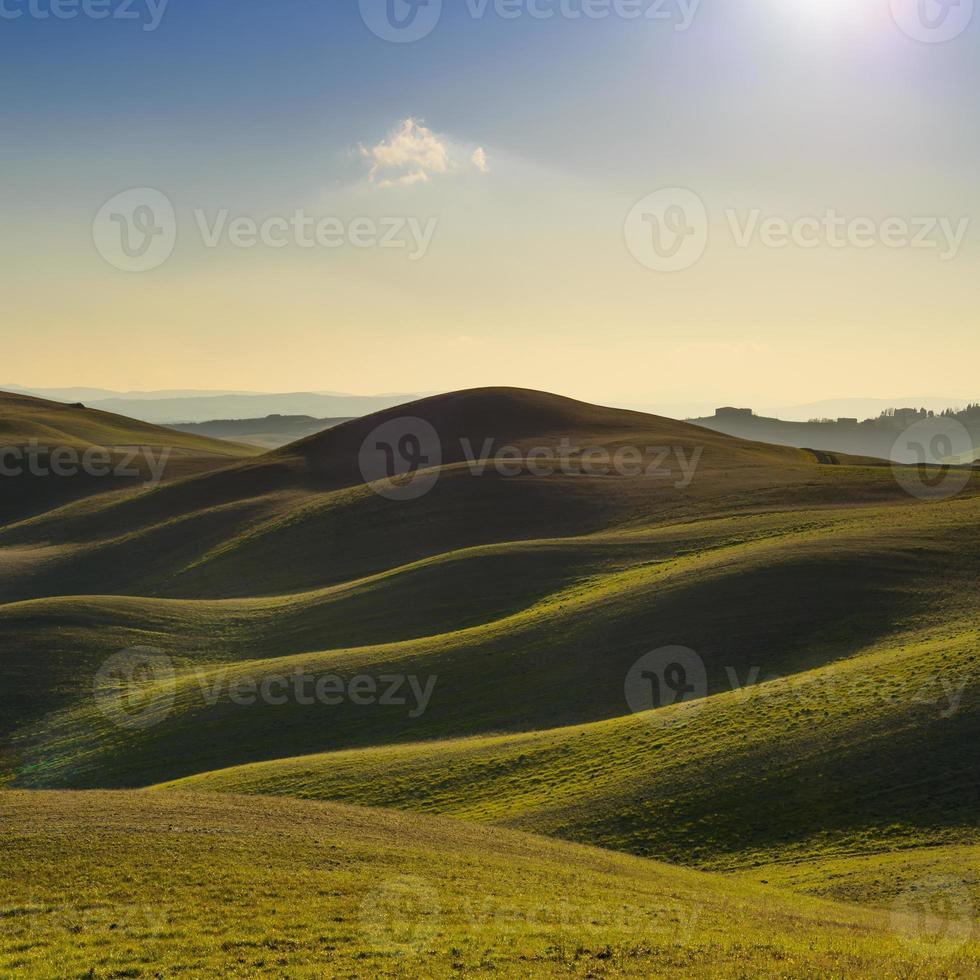 Toscana, paisagem rural do pôr do sol. colinas e campos agrícolas. foto