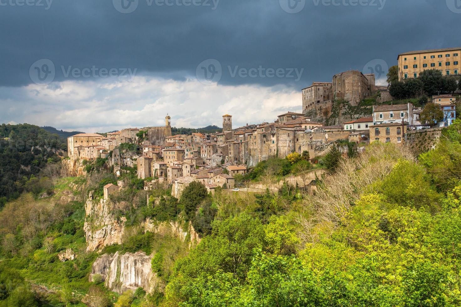 stadtansicht von sorano toskana italien foto