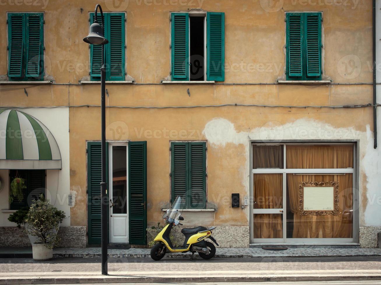 scooter na frente de uma loja foto