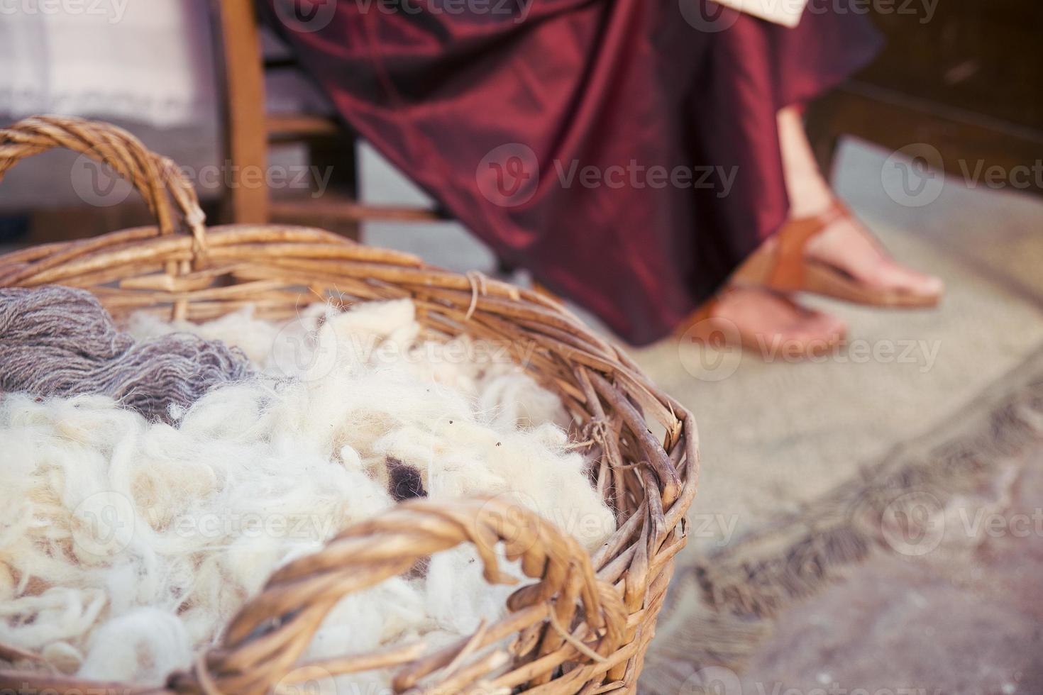 novelos de lã em uma cesta pronta para ser fiada foto