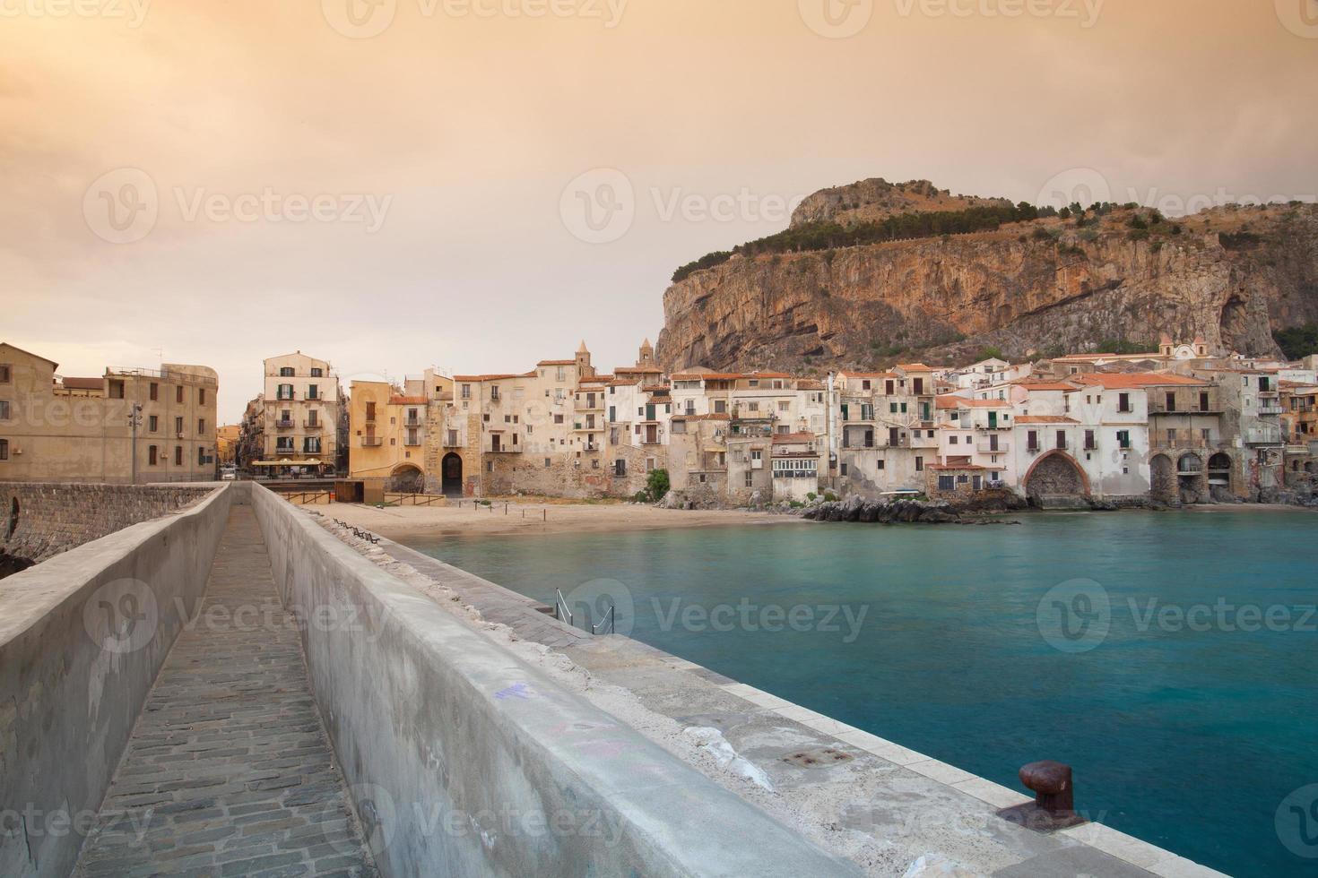 amanecer en cefalã¹, sicilia, italia. foto