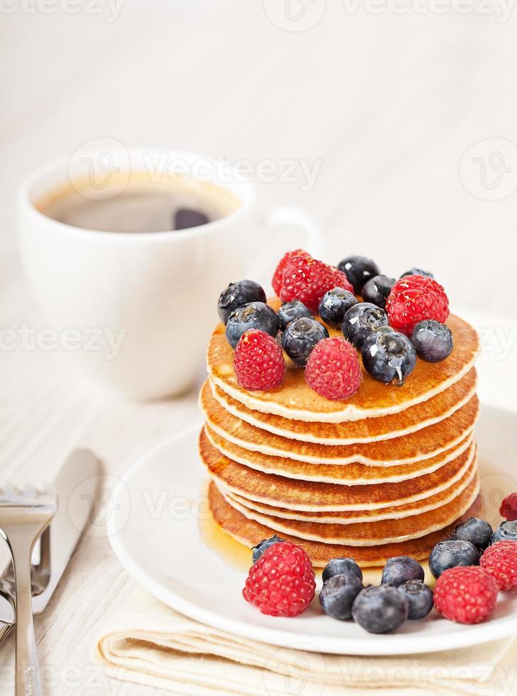 pilha de panquecas com frutas no café da manhã foto