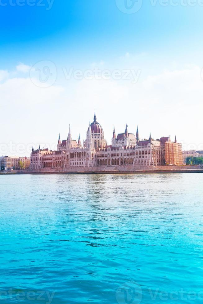 parlamento no rio Danúbio no verão foto