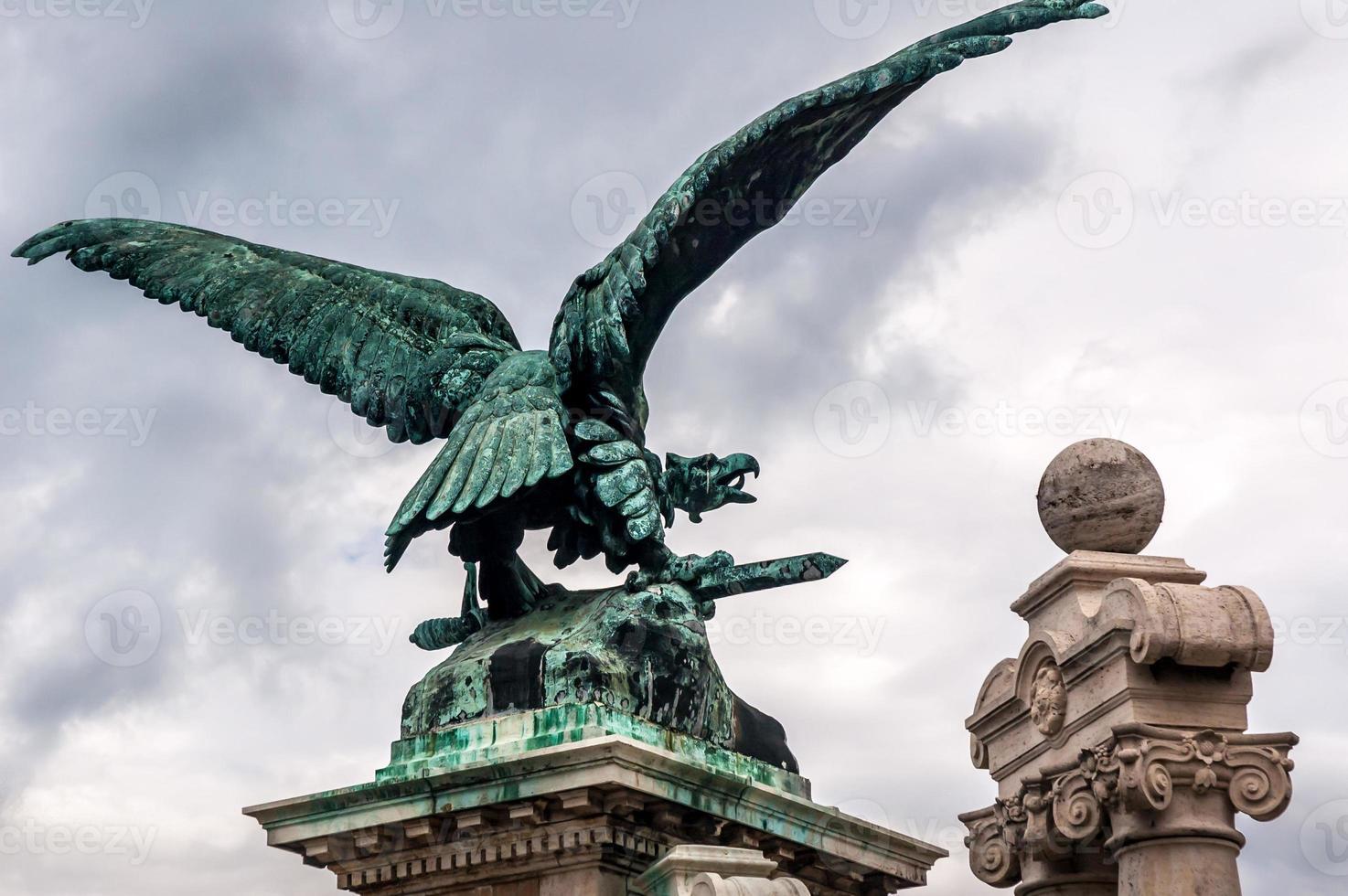 estátua de águia de bronze foto