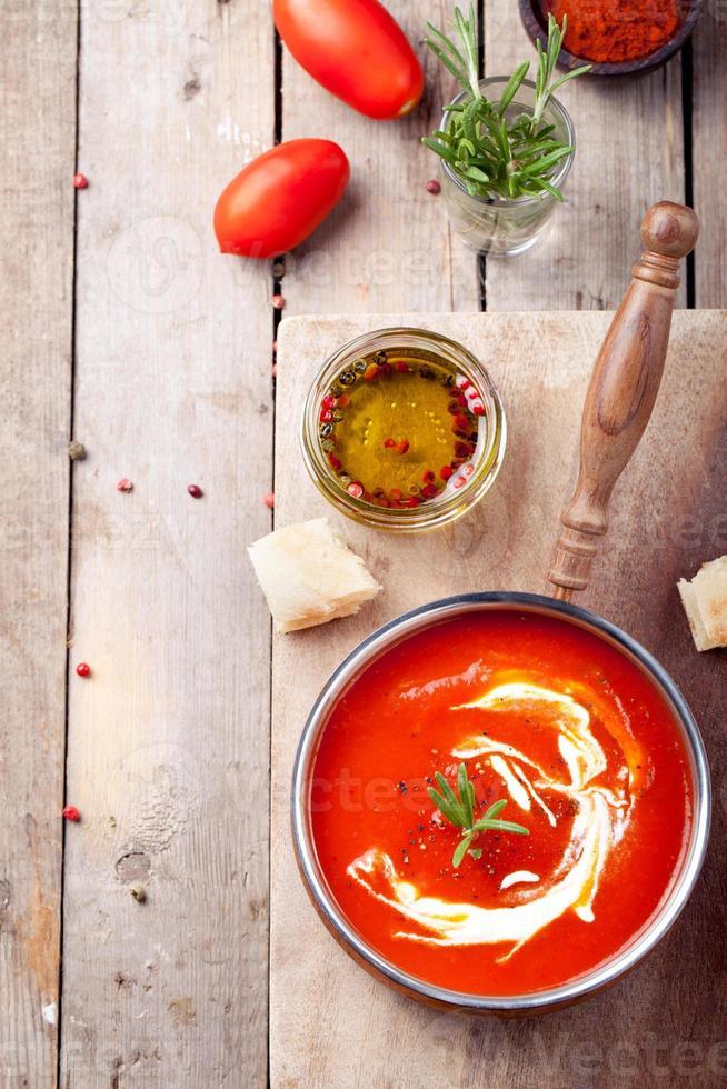 tomate, sopa de pimenta vermelha, molho com alecrim foto