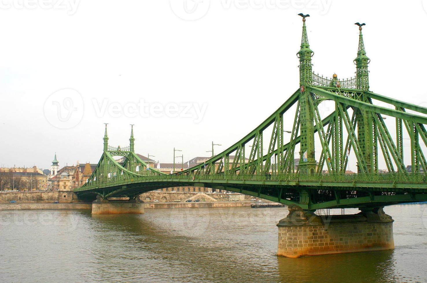 a ponte da liberdade em budapeste foto