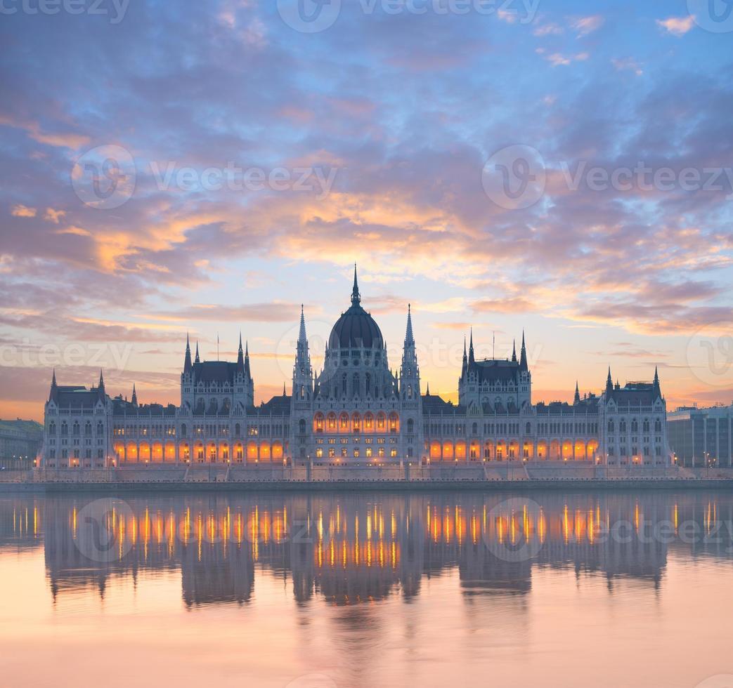 edificio del parlamento, en, budapest, hungría, al amanecer foto