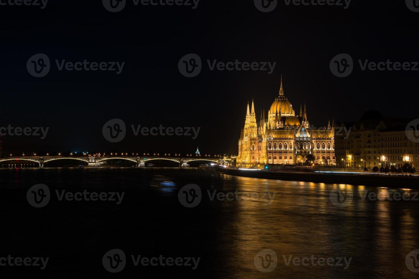 vista nocturna del río del edificio del parlamento en budapest colgado foto