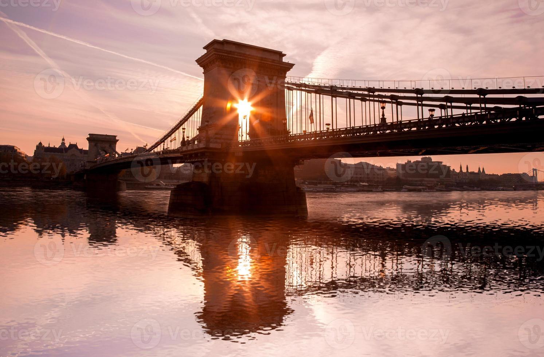 Puente de las cadenas contra el atardecer en Budapest, Hungría foto