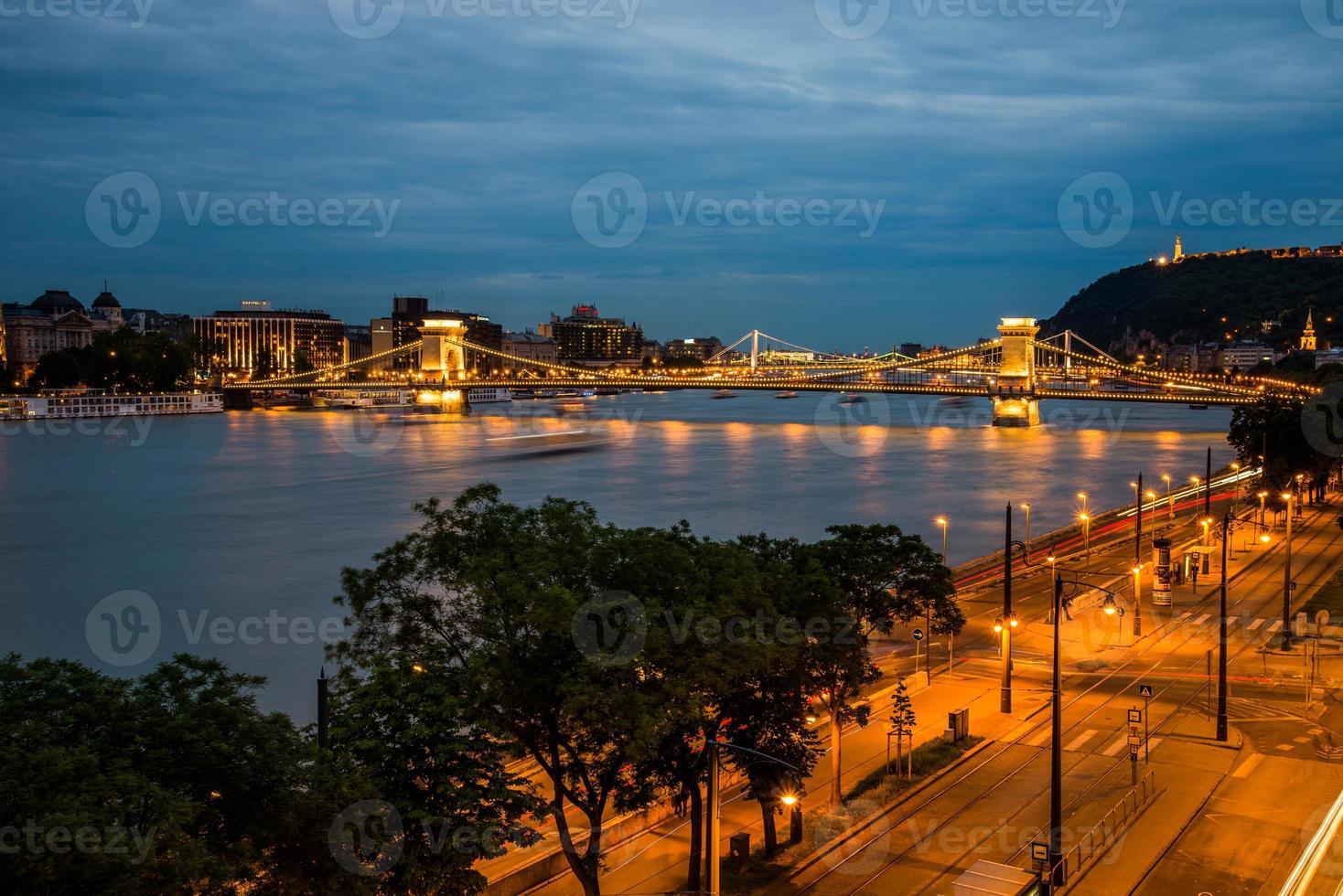 puente de las cadenas de budapest, vista nocturna foto