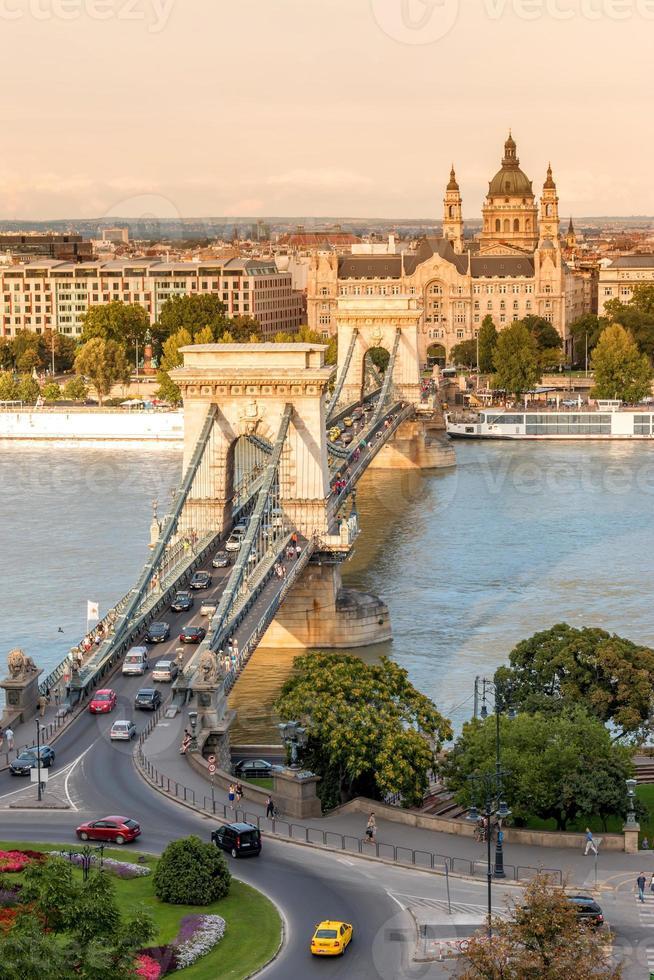 Puente de las cadenas en Budapest, Hungría foto