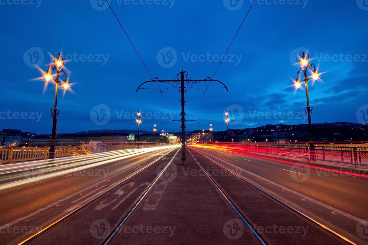 Las luces de la ciudad en el puente Margaret en Budapest, Hungría foto