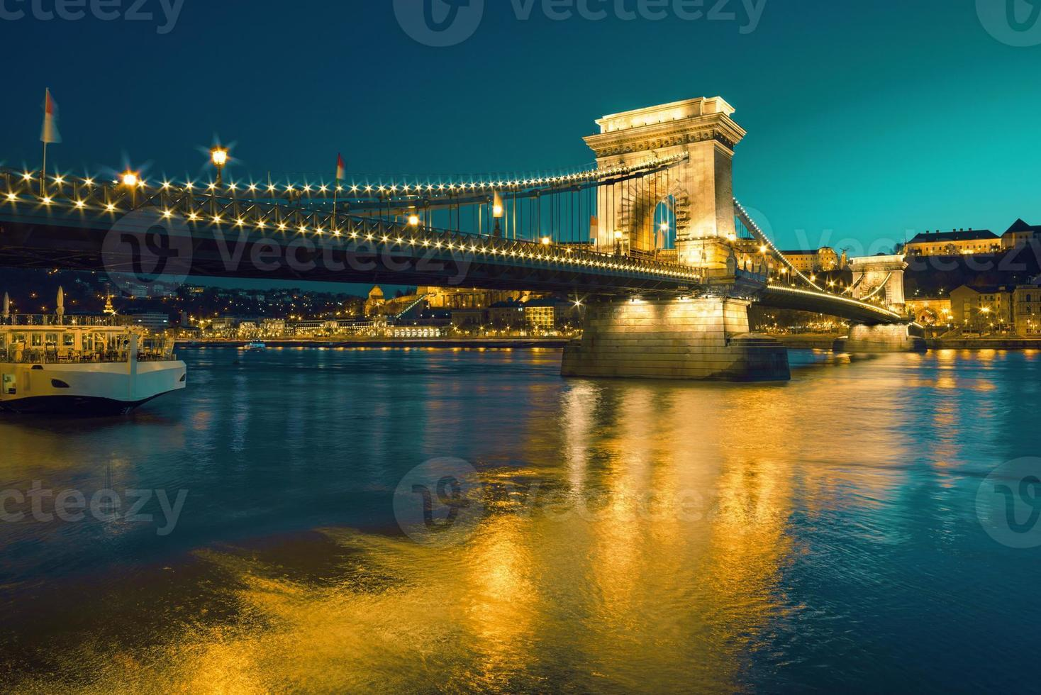 Puente de las cadenas de Czechenyi en Budapest, Hungría, temprano en la tarde foto