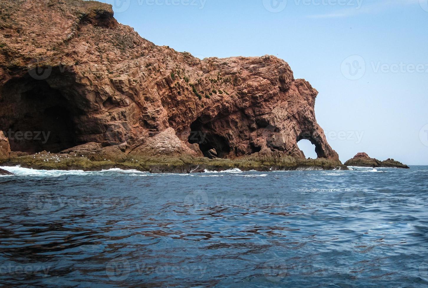 Escénicos acantilados y rocas cerca de la isla de Berlenga, Portugal foto