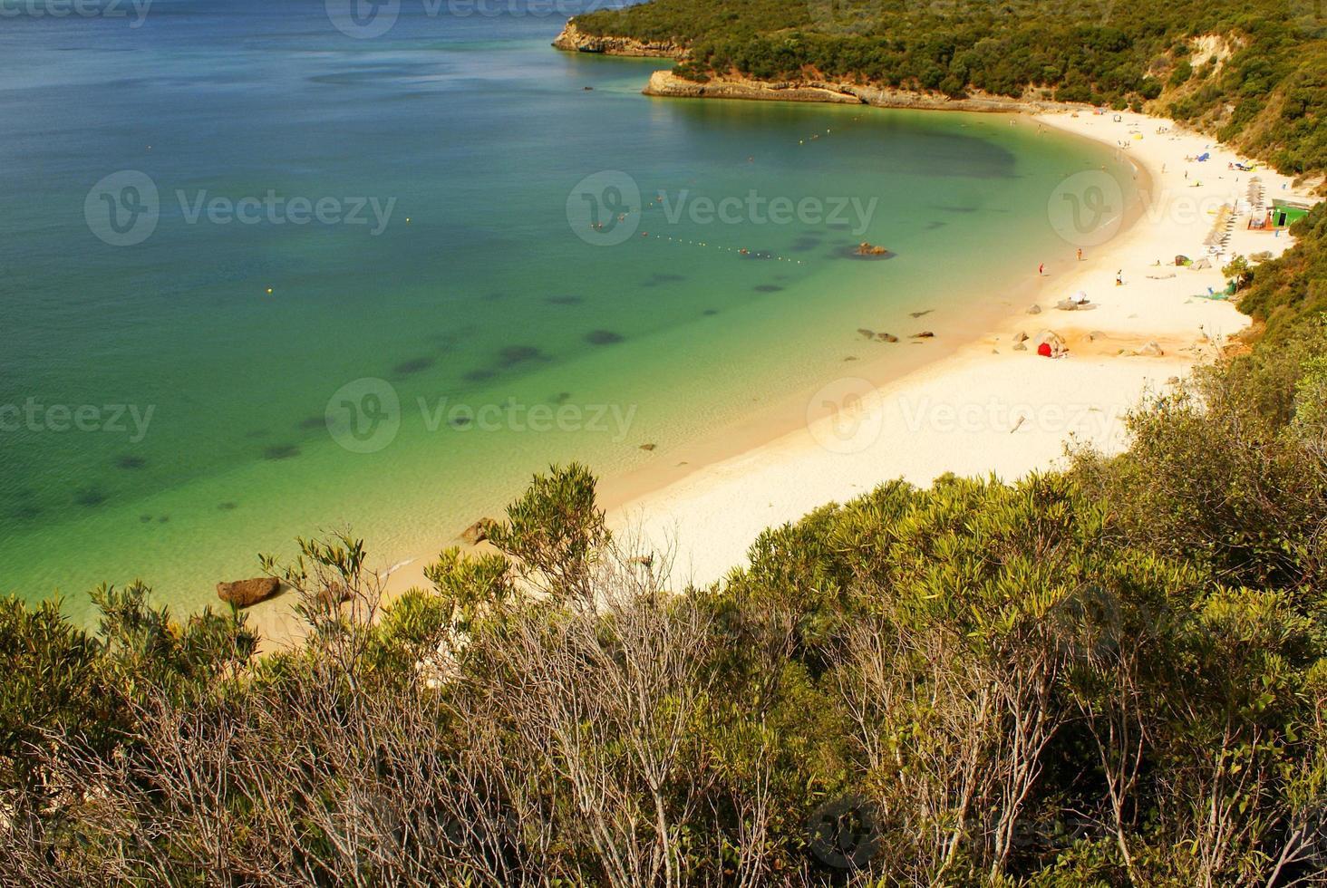 Bahía de la playa en Portinho da Arrabida, Portugal foto