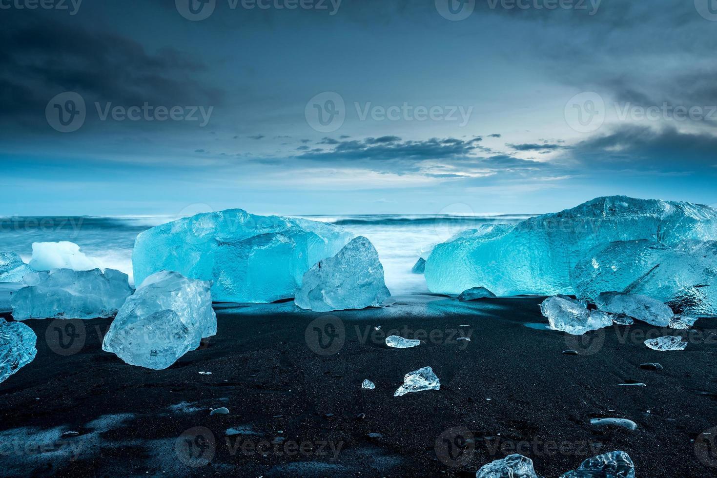 Icebergs en jokulsarlon en el sur de Islandia foto