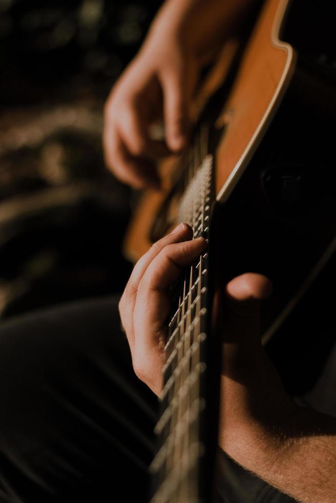 persona tocando la guitarra foto
