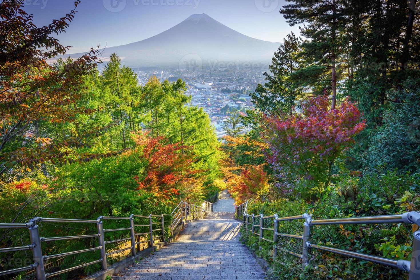 escalera al monte fuji fujiyoshida, japón en un día de otoño foto