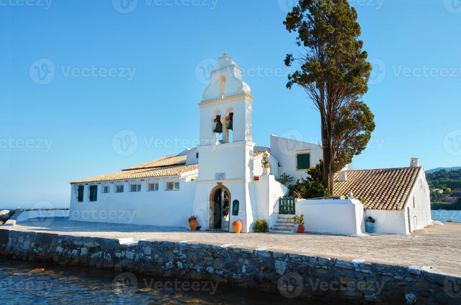 Pequeño monasterio ortodoxo en la isla de Corfú en Grecia foto