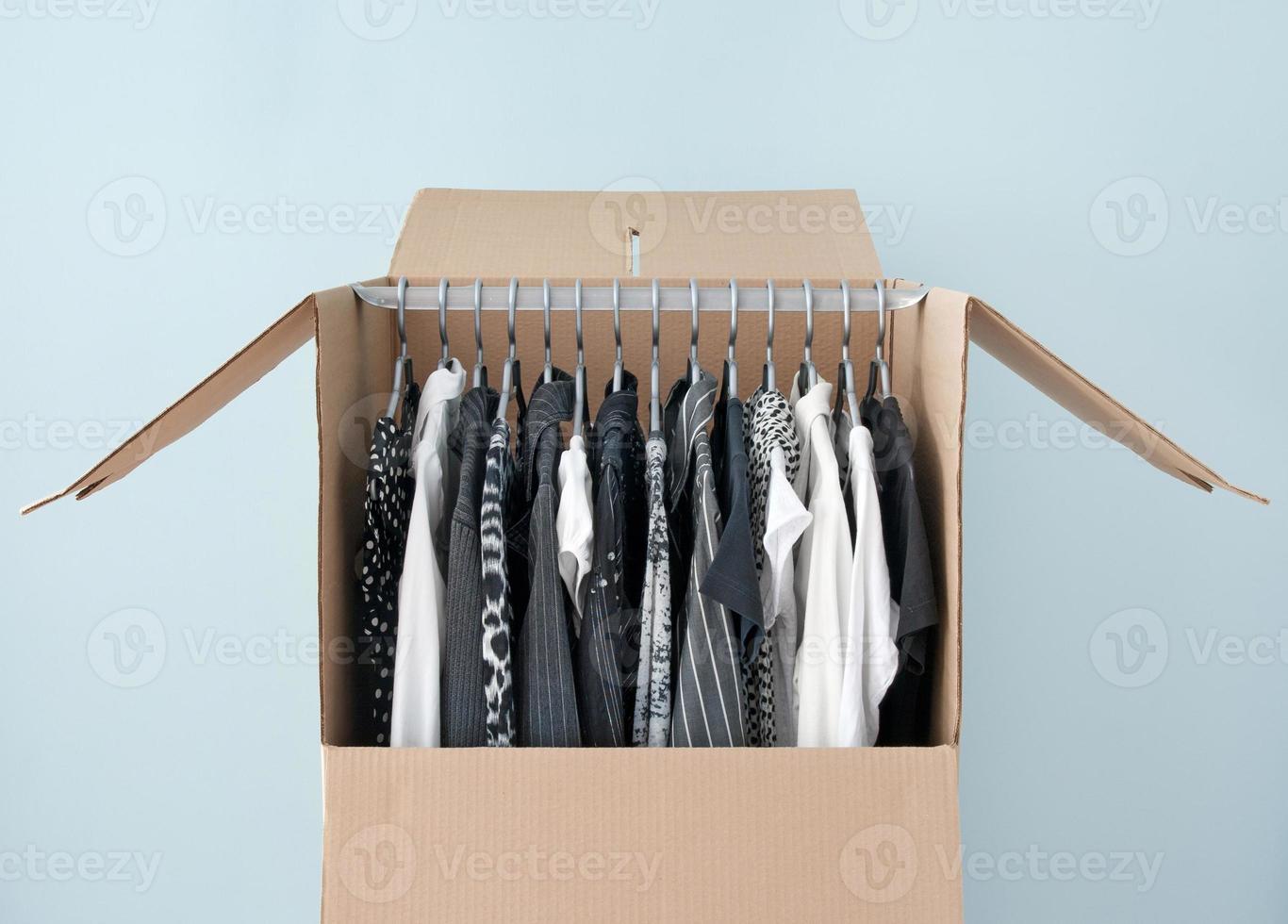 ropa en una caja de armario para facilitar el traslado foto