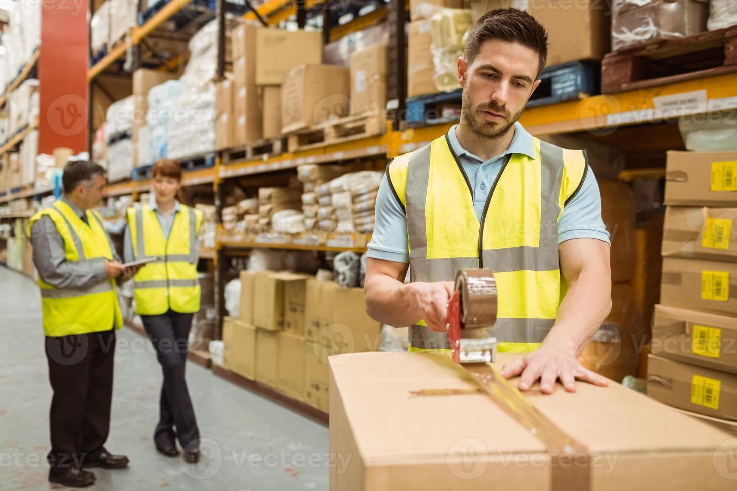 trabajadores de almacén preparando un envío foto