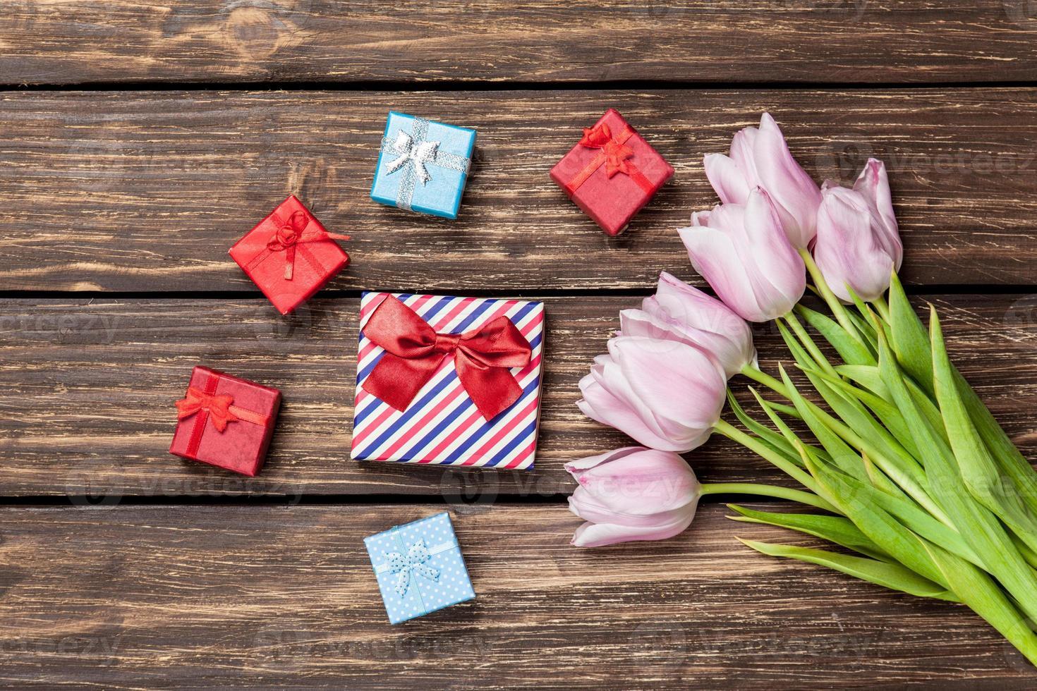 cajas de regalo y ramo de tulipanes foto