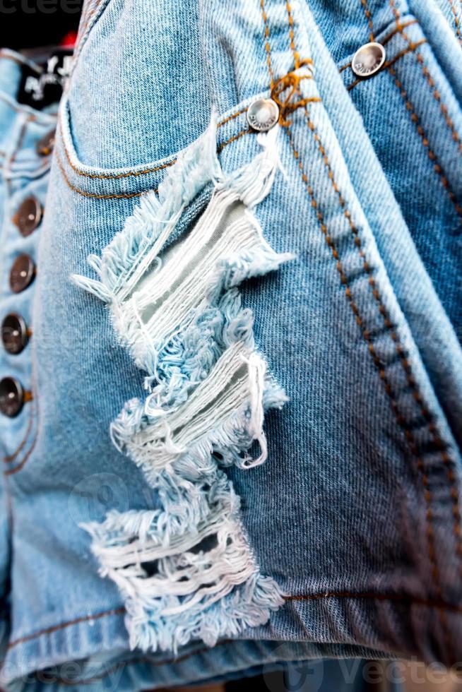 textura de jean azul con una lágrima. foto