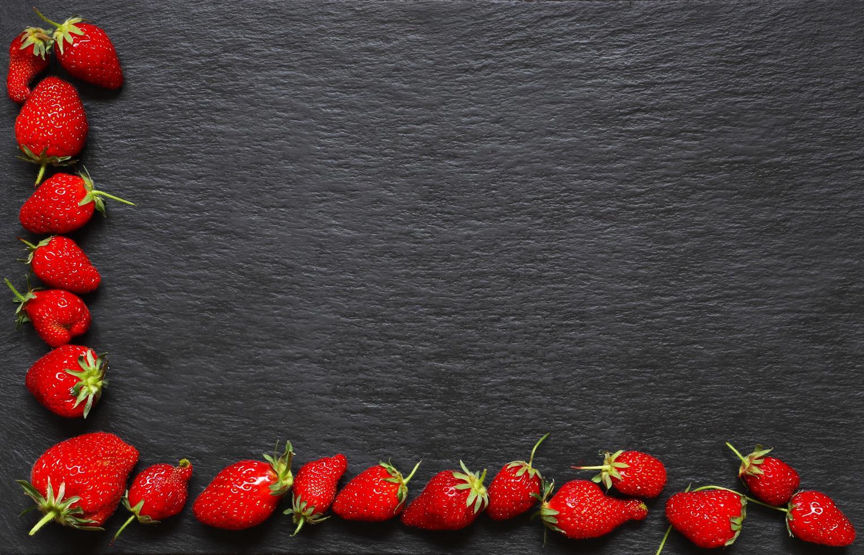 fresas sobre fondo de pizarra foto