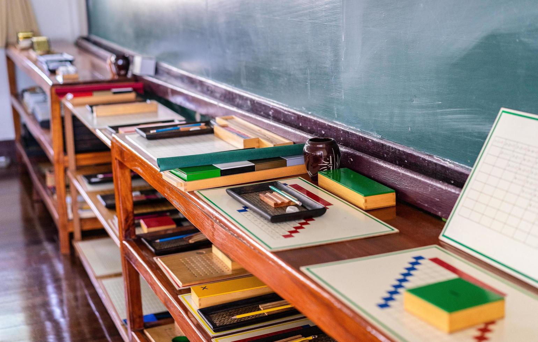 suministros de aula preescolar foto