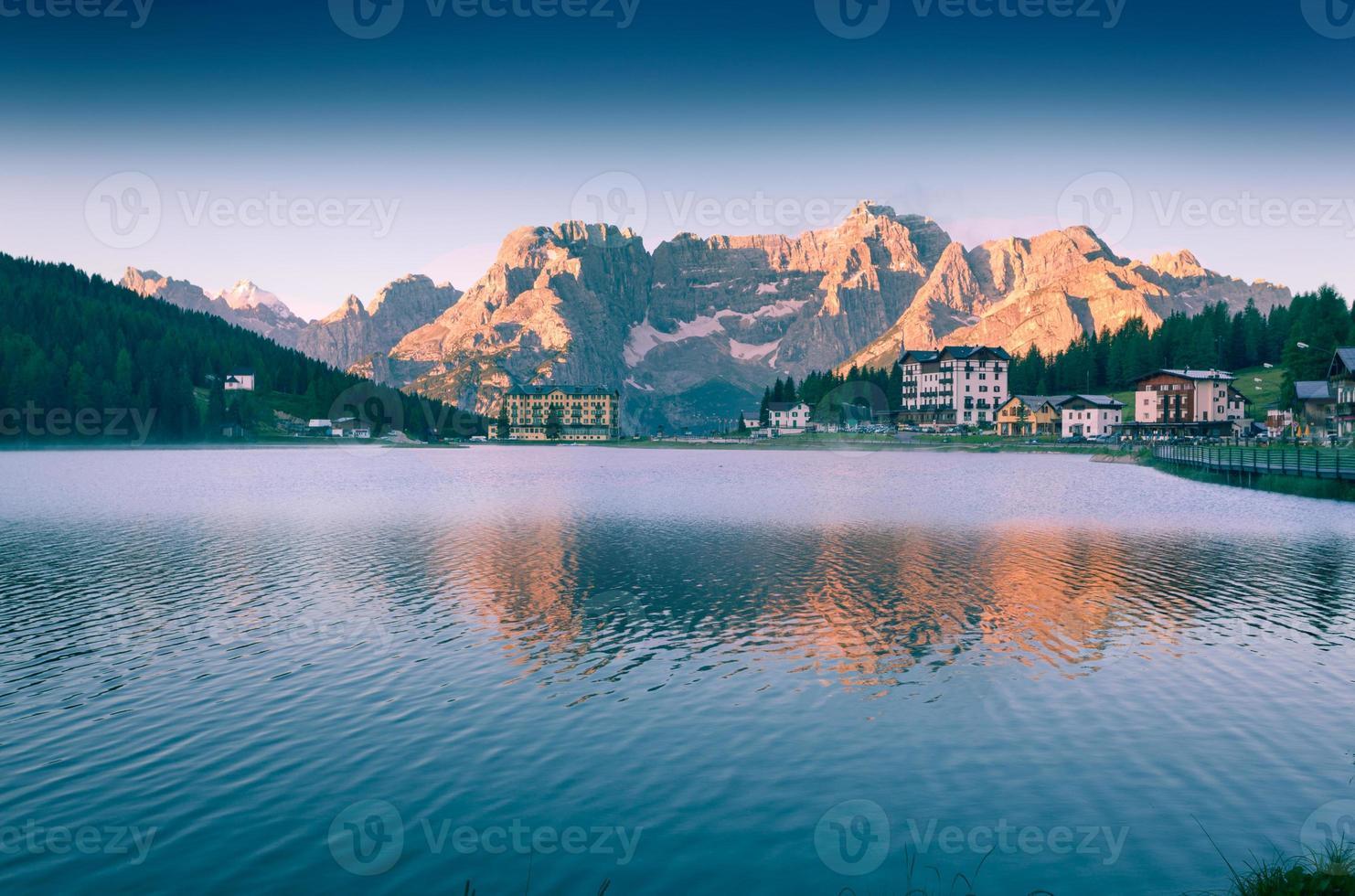 colorida mañana de verano en el lago misurina foto