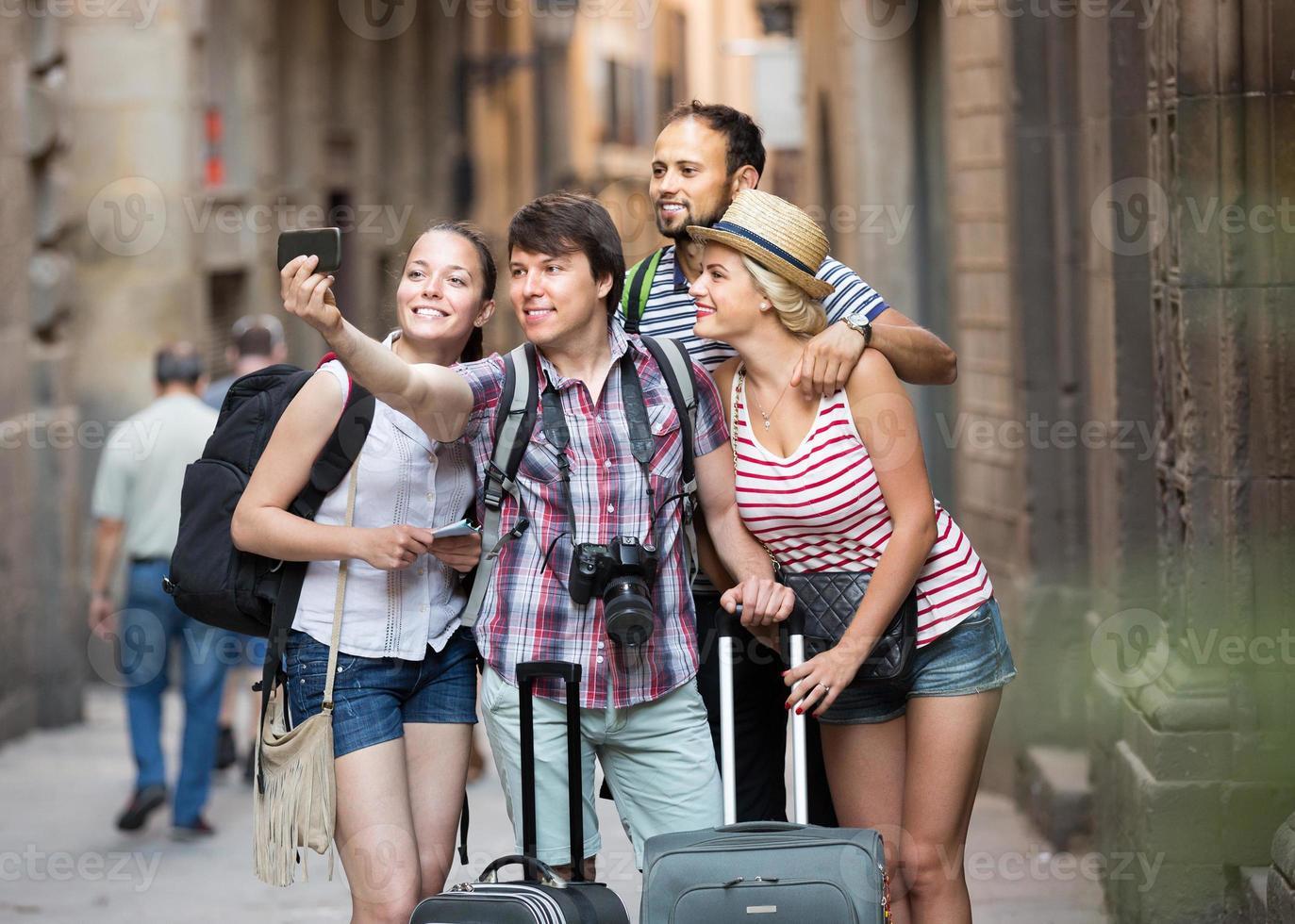 viajeros felices con equipaje haciendo selfie foto