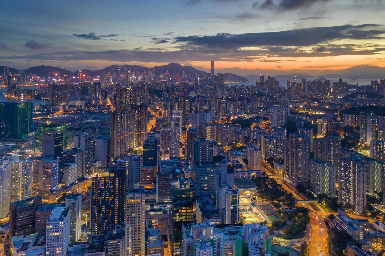 Vista aérea de los edificios de la ciudad durante la noche. foto
