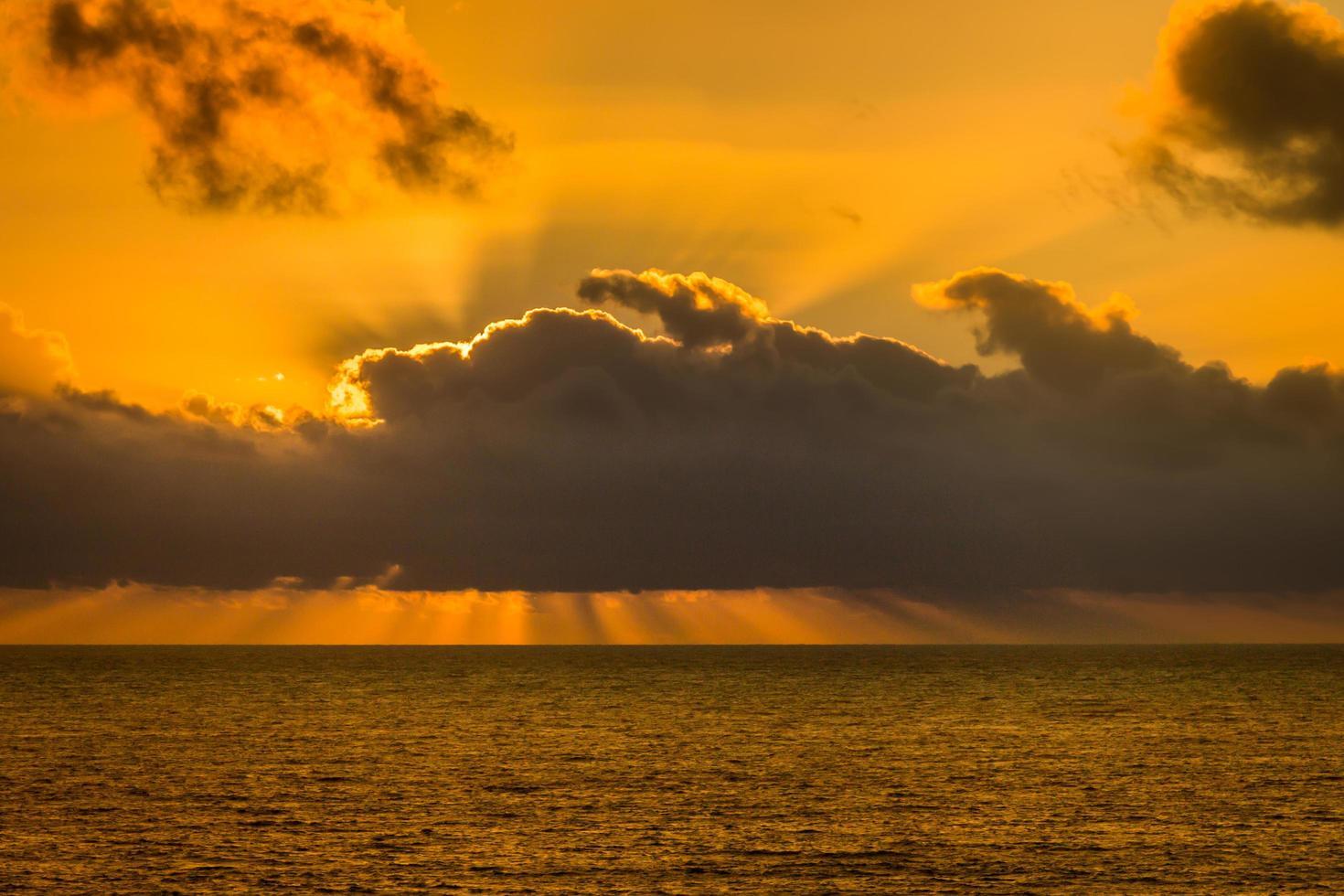 cielo naranja y rayos de sol foto