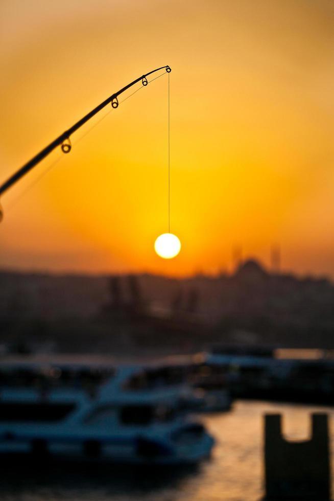 pescando el sol en el estrecho del bósforo, estambul, turquía foto