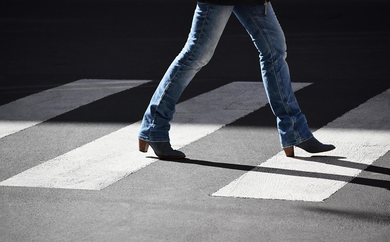 persona caminando en el carril peatonal foto