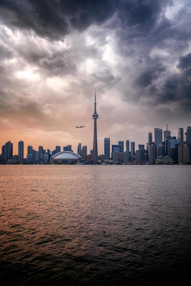 Vista de Toronto, Canadá desde el otro lado del agua durante el anochecer foto