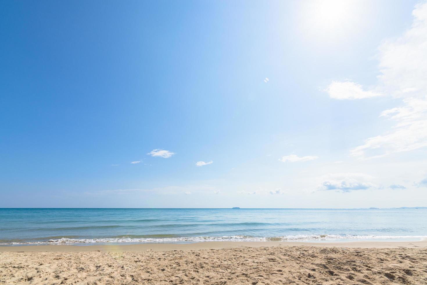 vista de la playa y el cielo despejado foto