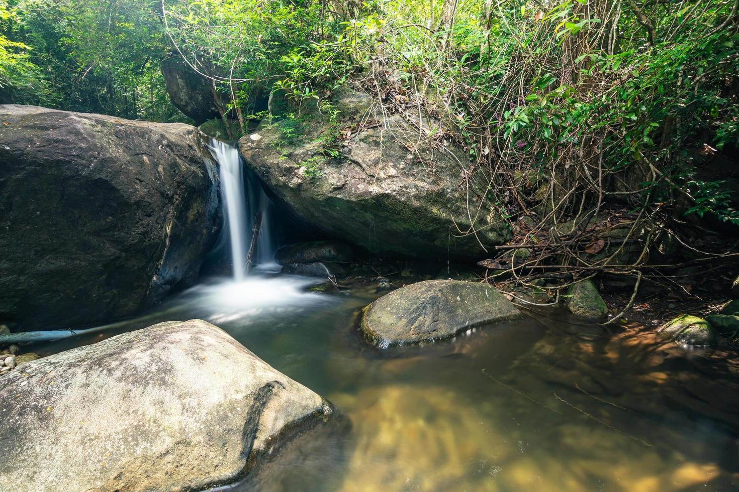 paisaje natural en la cascada khlong pla kang foto